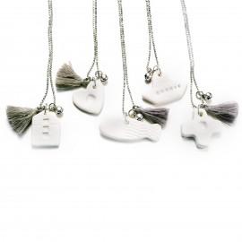 Collana lunga con ciondolo in porcellana e maglia a pallini diamantata