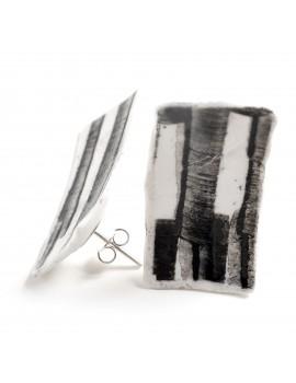 Orecchino in porcellana bianca lavorato con smalto nero lucido